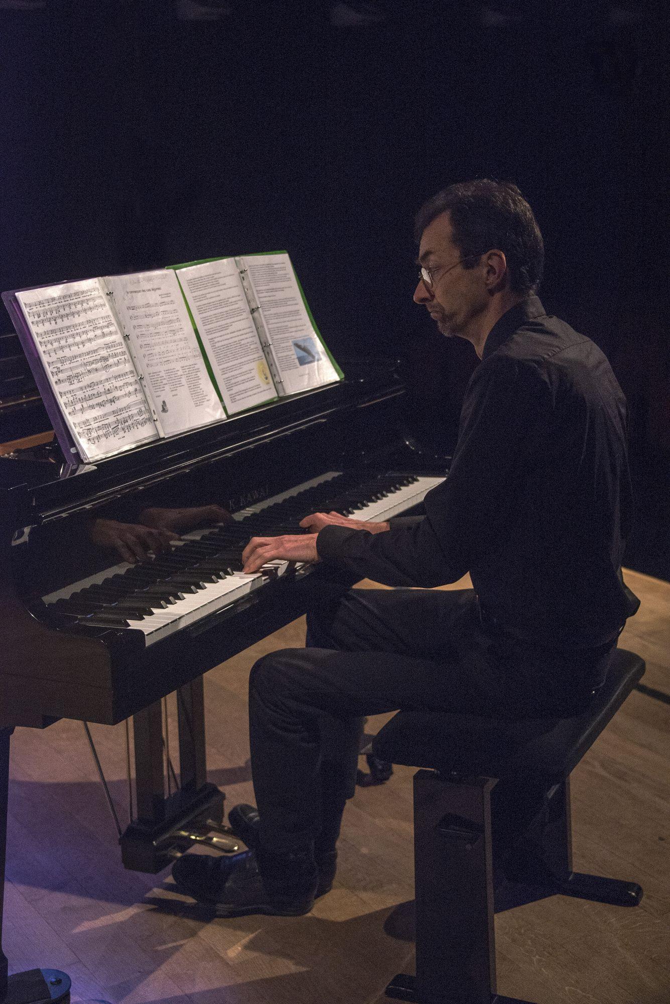 Au piano, le fidèle Frank
